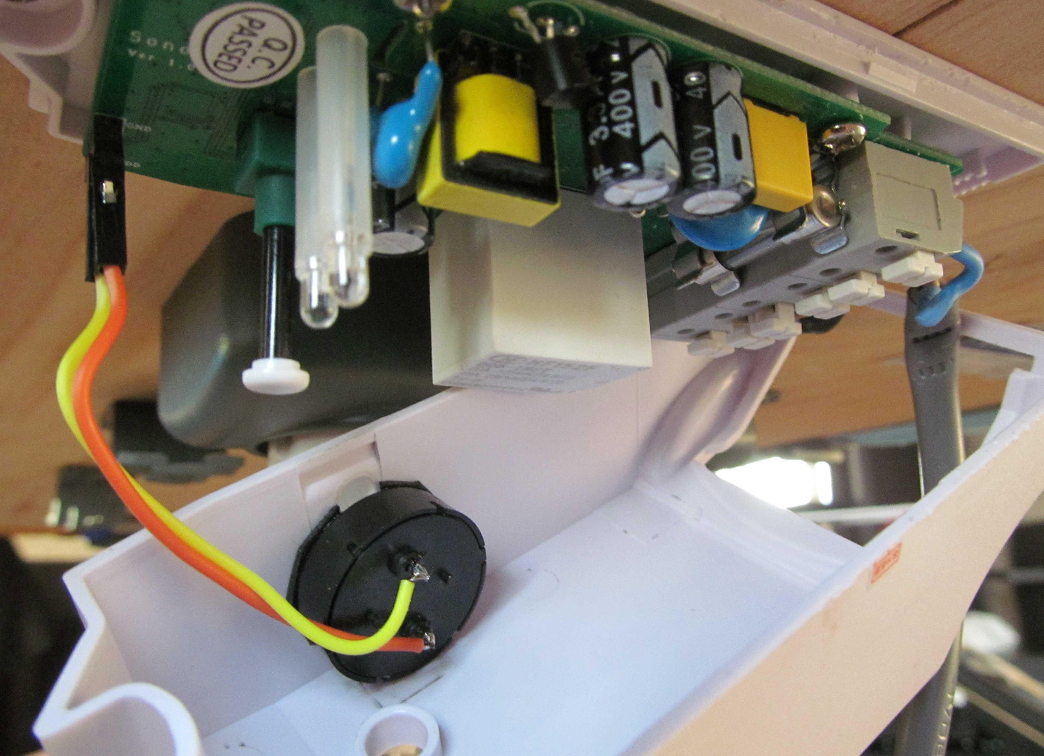 Пьезоэлектрическая пассивная пищалка установленная в Sonoff POW