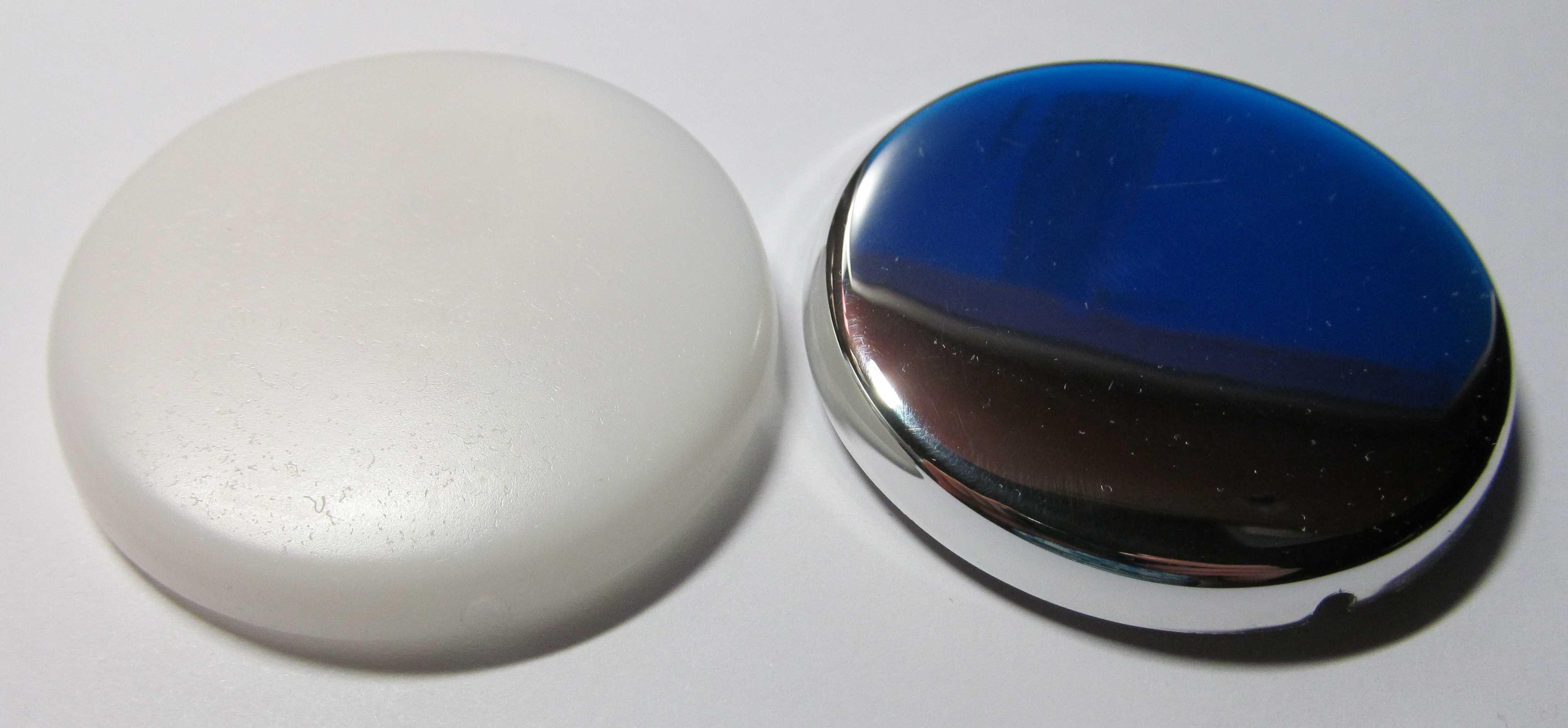 Отлитый из пластика корпус датчика Аквасторож (слева)